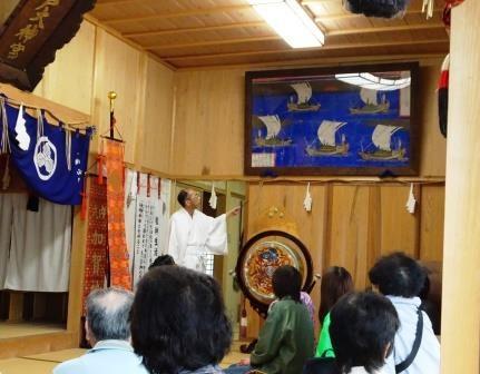 加賀神社の金津宮司から絵馬の説明を受ける参加者